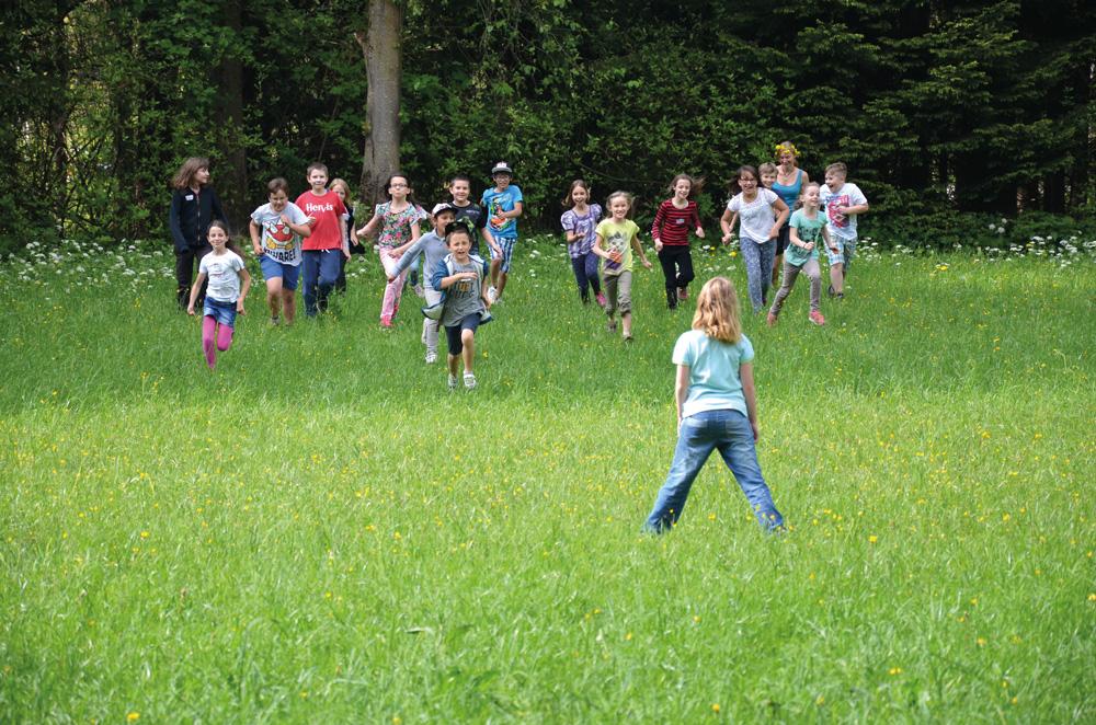 aktivwoche Kinder schueler spielen in wiese projektwoche projekttage Klassenfahrt schullandwoche