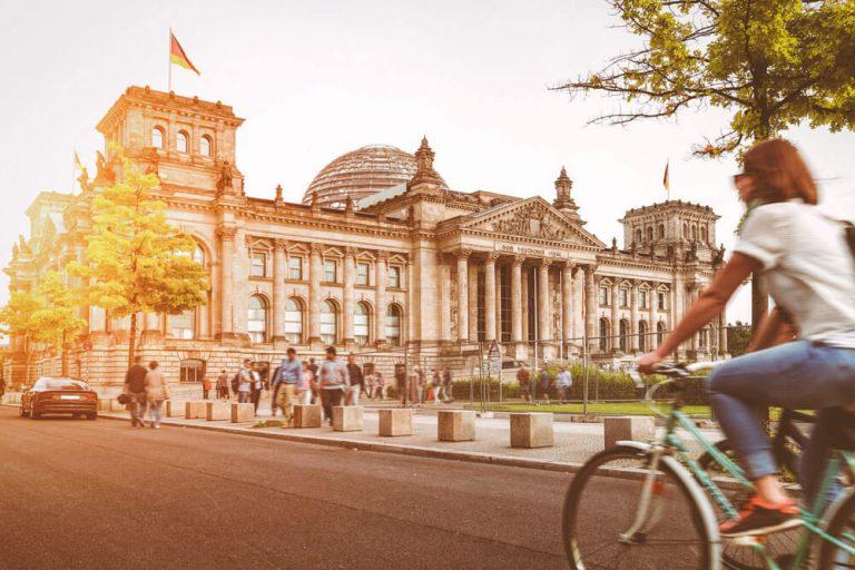 berlin reichstag bundestag radfahrerin projektwoche klassenfahrt