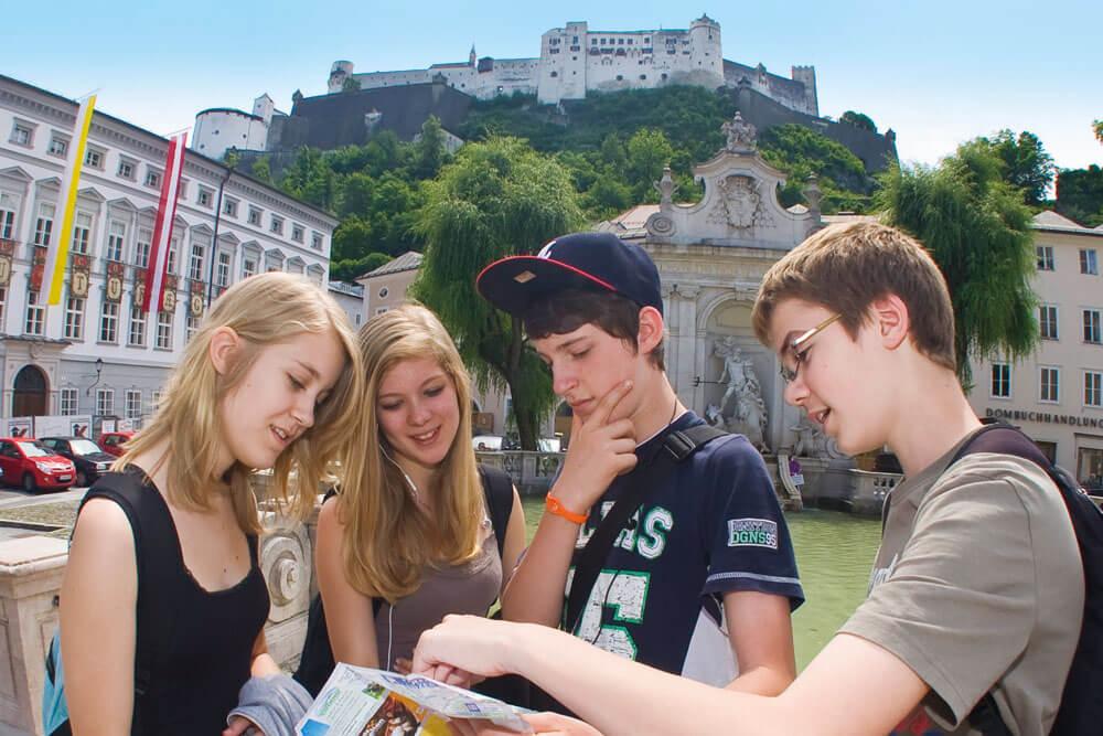 salzburg staedtereise schueler lesen stadtplan projektwoche klassenfahrt