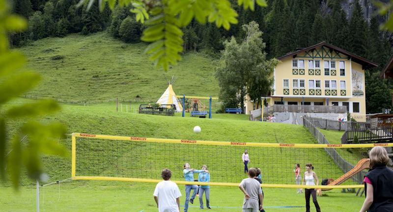 Spielwiese und Volleyball beim Jugendhotel Peilsteinhof
