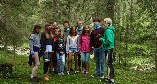 Kinder mit Betreuer im Wald